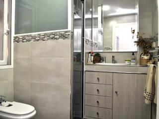BALLESTEROS BLANCA ARQUITECTURA Y CONSTRUCCION Baños de estilo moderno