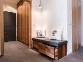 Wnętrze domu w Wieluniu: styl , w kategorii Korytarz, przedpokój zaprojektowany przez Projektowanie wnętrz Berenika Szewczyk