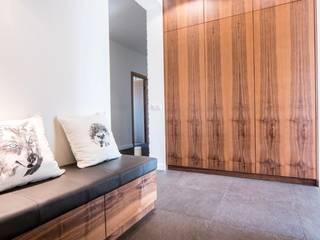 Wnętrze domu w Wieluniu Nowoczesny korytarz, przedpokój i schody od Projektowanie wnętrz Berenika Szewczyk Nowoczesny
