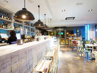 Vintage Bar : Bares y Clubs de estilo  de MisterWils - Importadores de Mobiliario y departamento de Proyectos., Industrial