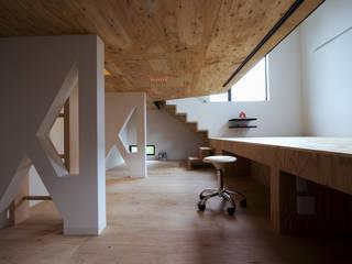 リビングに沈む立体的な子供室: 一級建築士事務所 笹尾徹建築設計事務所が手掛けた子供部屋です。