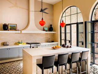 colonial Kitchen by Taller Estilo Arquitectura