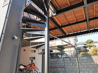 大空間のウッドデッキはプライベートパーク: 株式会社ビルドアートが手掛けた家です。