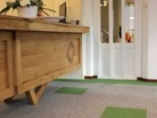 Tafels en ontvangstbalie wooningbouw vereniging :  Kantoorgebouwen door Samosa 'Ontwerp op Maat'