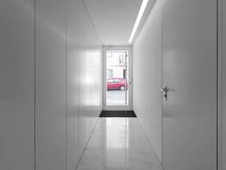Pasillos y vestíbulos de estilo  por João Tiago Aguiar, arquitectos