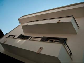 Casa mediterranea in città razionalista Case in stile mediterraneo di Bianca Coggi Architetto Mediterraneo