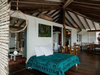 Residência Praia do Espelho - Trancoso/BA: Salas de estar  por Renata Romeiro Interiores,Tropical