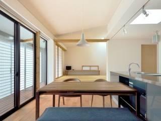 Modern Living Room by 岩田建築アトリエ Modern