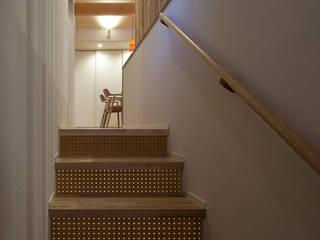 穴あき合板を使用した階段: シーズ・アーキスタディオ建築設計室が手掛けた廊下 & 玄関です。,