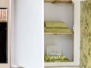 Hidden Storage by Workshop Interiors Класичний