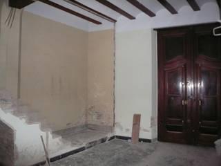 Reforma integral casa de pueblo Pasillos, vestíbulos y escaleras de estilo moderno de Aris & Paco Camús Moderno