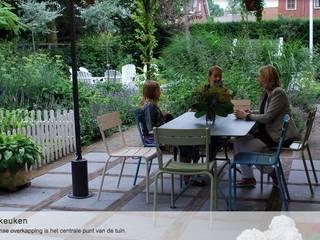 Heerlijk uitzicht op moestuin & terras, vanuit de overkapping bij de openslaande deuren van de keuken.:  Tuin door Groene Kikker Tuinontwerp