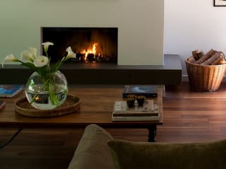 Extended and re-invented 1970's residence Nowoczesny salon od Gail Race Interiors Nowoczesny
