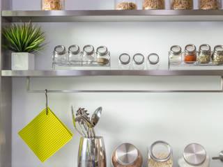 estantes en acero inoxidable GUTMAN+LEHRER ARQUITECTAS CocinaArmarios y estanterías