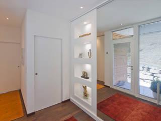 Pasillos, vestíbulos y escaleras modernos de dreipunkt ag Moderno