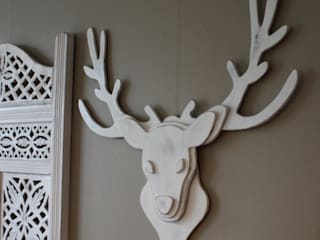 trophée de cerf en bois blanc patiné:  de style  par Mylittledecor