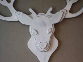 trophée de tête de cerf blanc patiné:  de style  par Mylittledecor