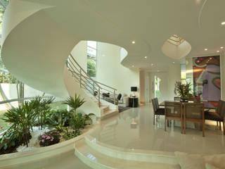 Salas / recibidores de estilo  por Arquiteto Aquiles Nícolas Kílaris