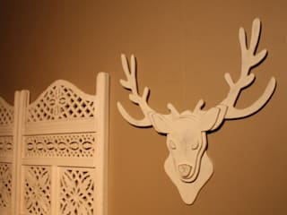 trophée de tête de cerf blanc patiné en bois:  de style  par Mylittledecor