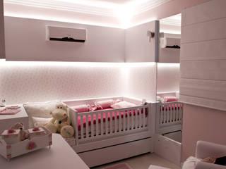 Nursery/kid's room by Kali Arquitetura, Modern
