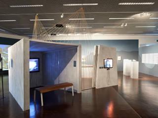 """Ausstellung """"von hier nach dort"""" Voegele Kultur Zentrum: moderner Multimedia-Raum von Daniel Hunziker Design Works"""