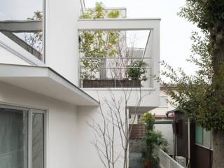カーポートからルーフテラスを見る: 伊藤一郎建築設計事務所が手掛けたテラス・ベランダです。