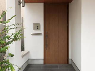 玄関ポーチ: 伊藤一郎建築設計事務所が手掛けた家です。