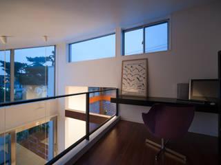 吹抜けに面したロフトには書斎コーナー: 伊藤一郎建築設計事務所が手掛けた書斎です。,