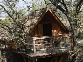 la cabane dans les arbres:  de style  par Les maisons de chante oiseau