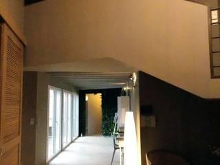 Villa contemporaine et lumineuse: Couloir et hall d'entrée de style  par Idea