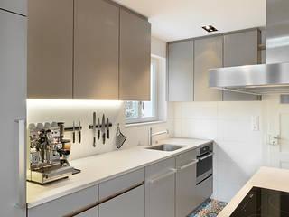 Küche Küsnacht: moderne Küche von Innenarchitekturbüro Urs Esposito