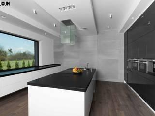 Minimalistyczne wnętrze z wykorzystaniem betonu architektonicznego od Luxum Minimalistyczna kuchnia od Luxum Minimalistyczny