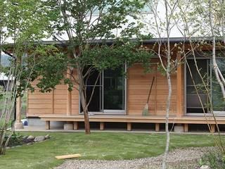 蘇水峡の大屋根の家: 永井政光建築設計事務所が手掛けた庭です。