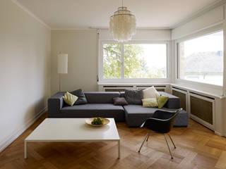 Umbau eines Mehrfamilienhauses aus den 30er Jahren in Luzern:  Wohnzimmer von Gut Deubelbeiss Architekten AG