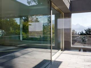 Neubau Doppelvilla in der Zentralschweiz:  Terrasse von Gut Deubelbeiss Architekten AG