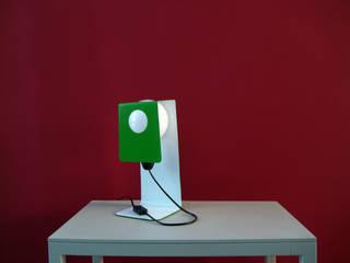 Minimalistische Metallleuchte:   von Reframe Design
