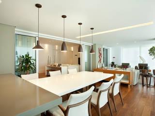 Apartamento no Alto da Lapa, São Paulo: Salas de jantar  por Liliana Zenaro Interiores,