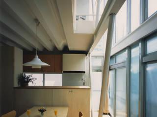 Modern dining room by 原 空間工作所 HARA Urban Space Factory Modern