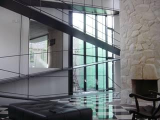 K seminar house モダンデザインの 多目的室 の suz-sas モダン