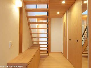 Eklektyczny korytarz, przedpokój i schody od 竹内建築デザインスタジオ Eklektyczny