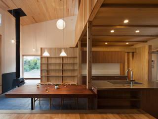 キッチン+造作テーブル モダンな キッチン の HAN環境・建築設計事務所 モダン 木 木目調