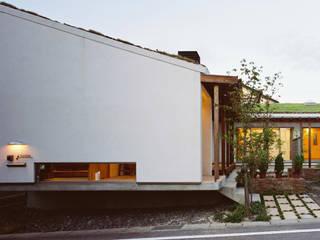 道路からエントランス部分を望む ラスティックな 家 の 小栗建築設計室 ラスティック 無垢材 多色