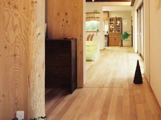 小栗建築設計室 Paredes e pisos modernos Madeira Bege