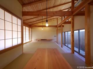 现代客厅設計點子、靈感 & 圖片 根據 (株)ハウスインフォ 現代風