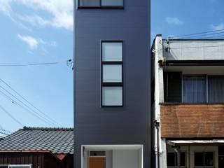 現代房屋設計點子、靈感 & 圖片 根據 (株)ハウスインフォ 現代風