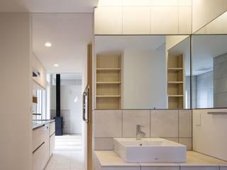 現代浴室設計點子、靈感&圖片 根據 (株)ハウスインフォ 現代風