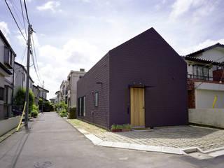 シミズアトリエ 一級建築士事務所 Minimalist house Rubber Brown