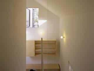 シミズアトリエ 一級建築士事務所 Minimalist corridor, hallway & stairs Wood-Plastic Composite White