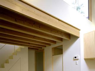 シミズアトリエ 一級建築士事務所 Minimalist corridor, hallway & stairs Wood White