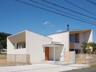 ふたつのコートを持つ家: toki Architect design officeが手掛けた家です。